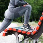 脚を伸ばすストレッチ運動