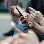 スマートフォンを持つ姿勢と疲労の関係