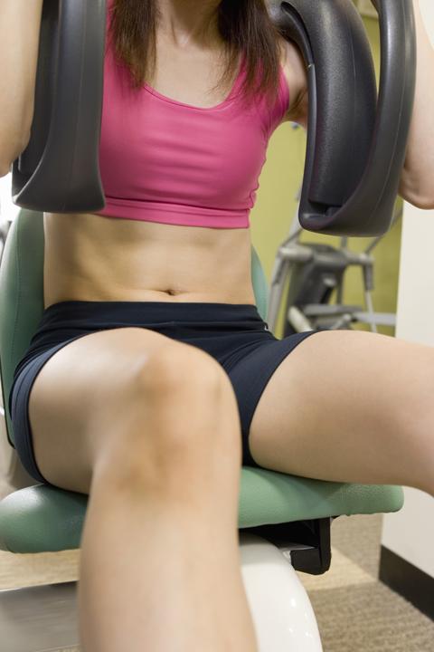 女性マシントレーニング腹筋